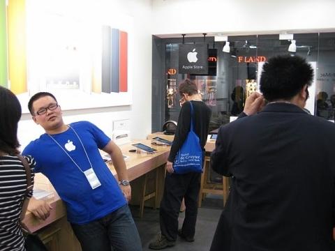 Loja falsa da Apple em Kunming: até uniforme dos funcionários foi copiado