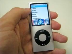 O novo iPod nano retoma quase o mesmo design dos modelos da segunda geração, mas com tela maior